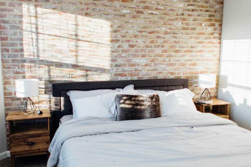 Кирпичная спальня — 150 фото эксклюзивного дизайна спальни с кирпичными стенами